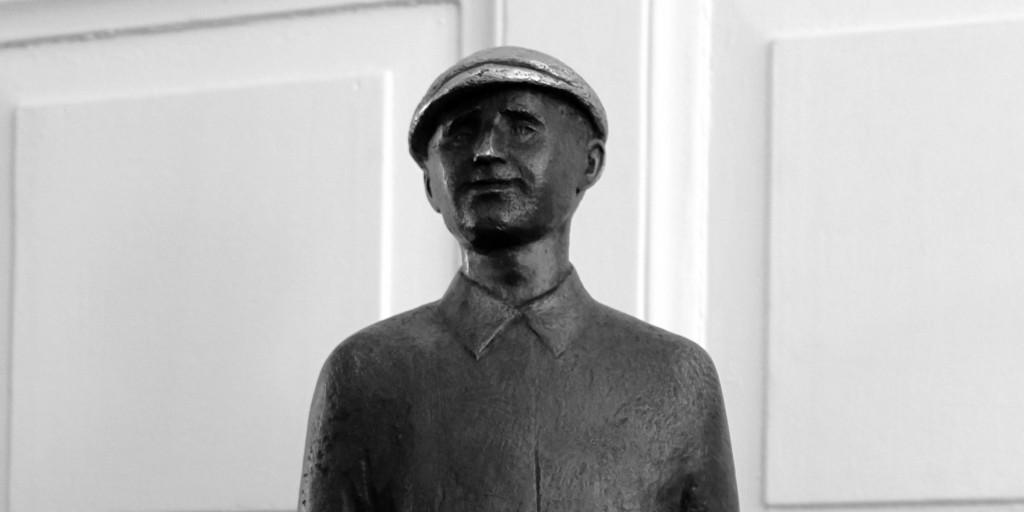 Brecht Statuette 2:1