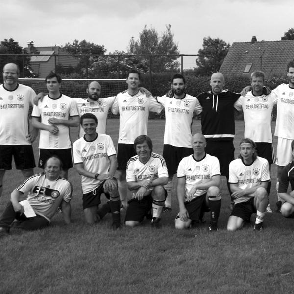 Von wegen spielfreier Tag: Auftritt der Fußball-Autorennationalmannschaft!